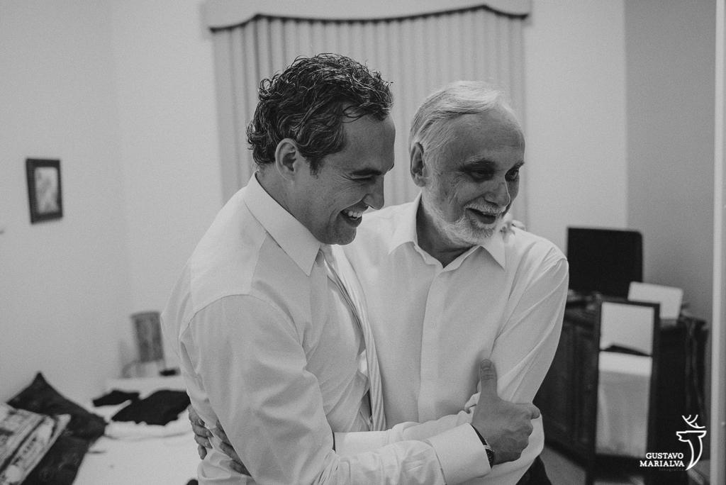 noivo abraçando o pai noivo se arrumando no making of de casamento