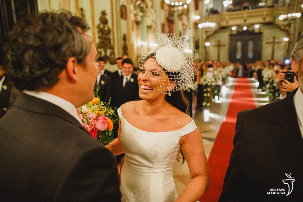 noivo recebendo noiva emocionada na cerimônia de casamento