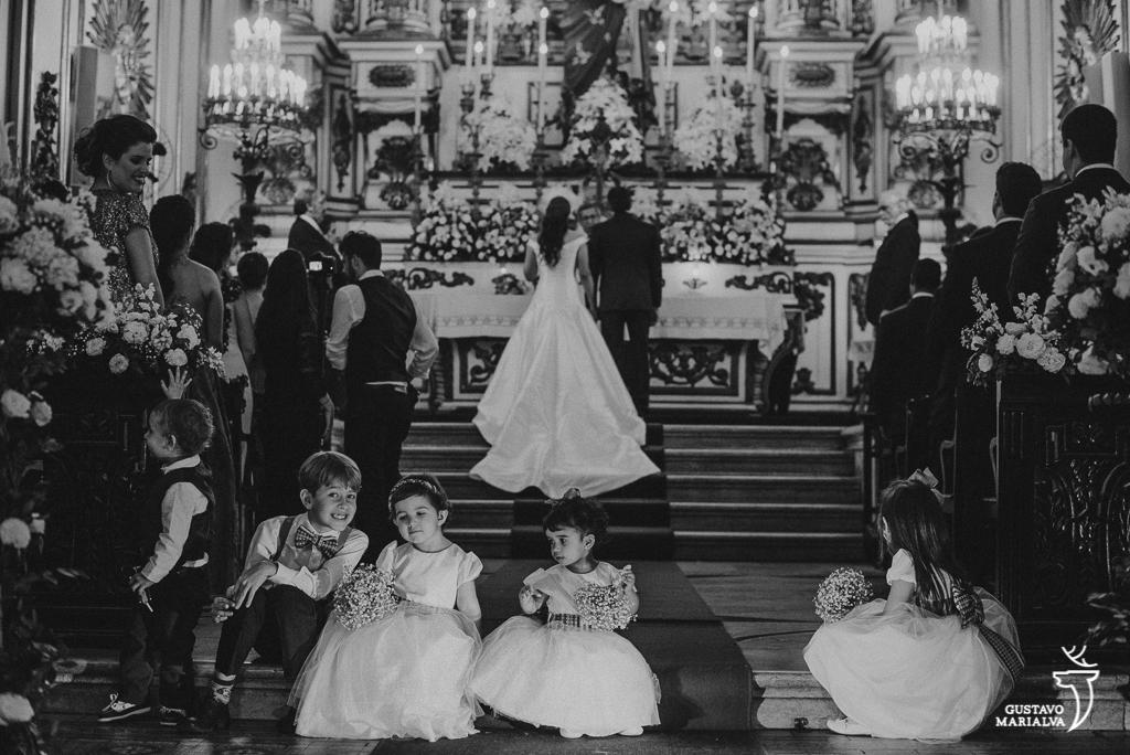 pajens brincando na cerimônia de casamento