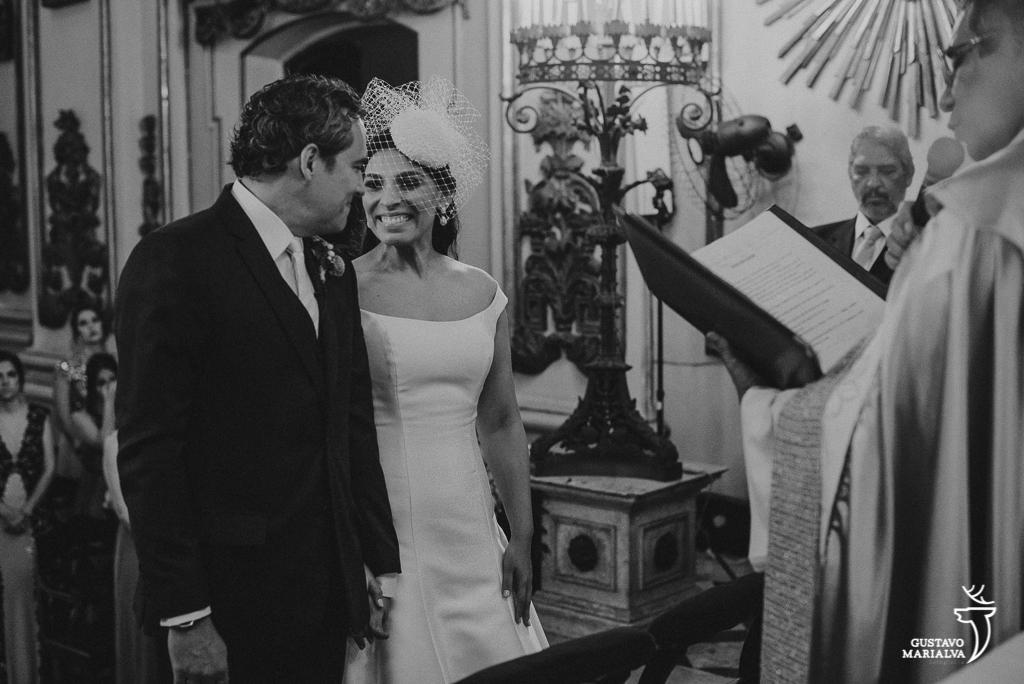 noivos trocando olhares na cerimônia de casamento