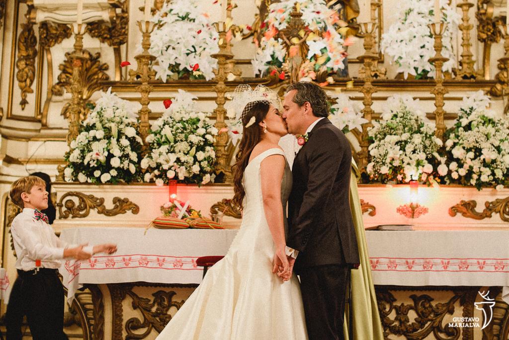 noivos se beijando na cerimônia de casamento