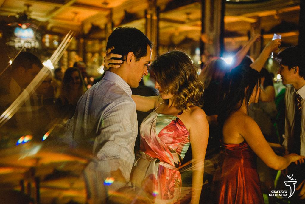 convidados dançando durante a festa de casamento