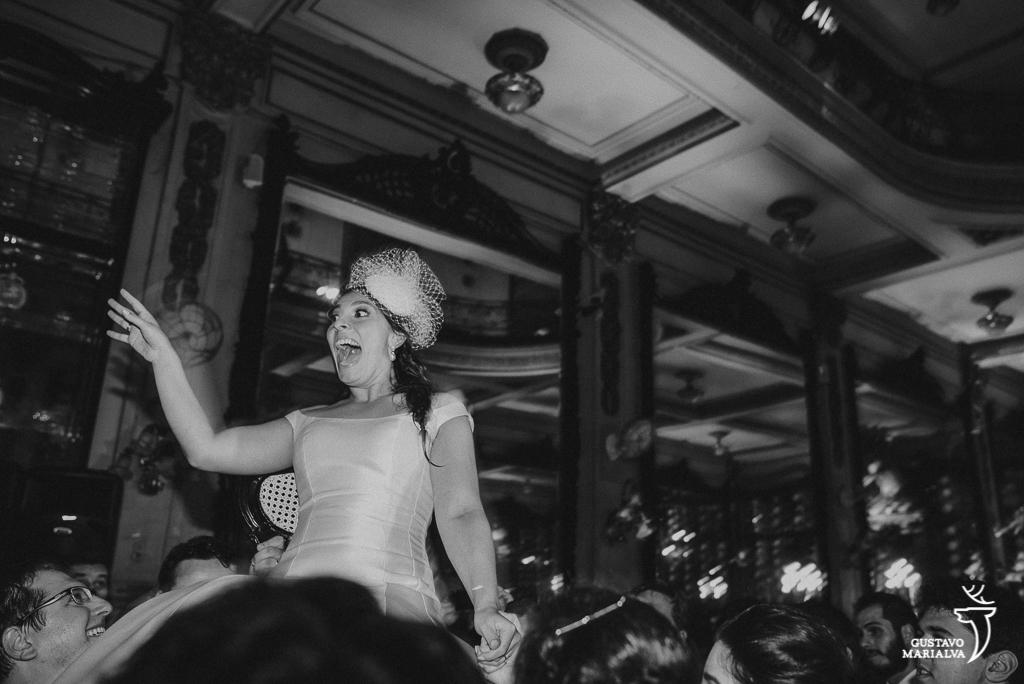 convidados jogando a noiva para o alto durante a festa de casamento