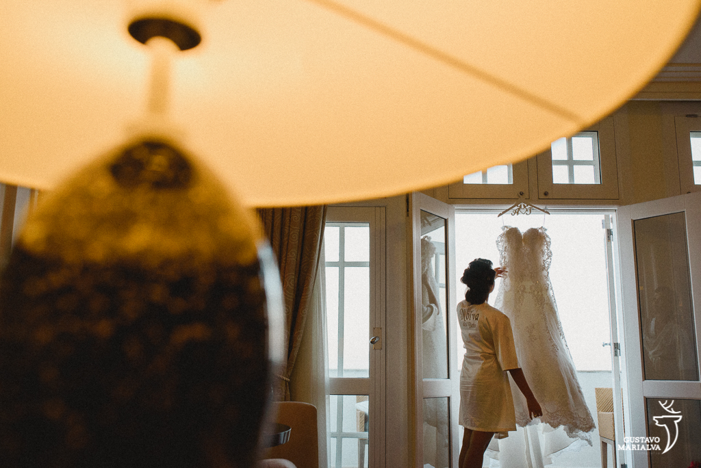 noiva arrumando o vestido durante o making of de casamento