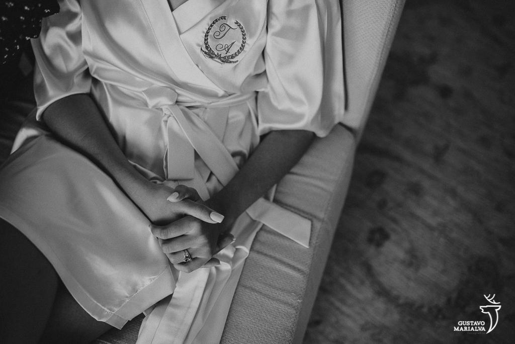noiva apertando as mãos durante o making of de casamento
