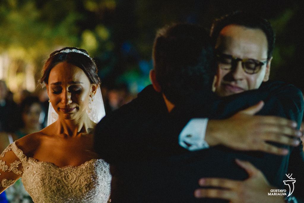 noiva se emocionando na entrada da cerimônia de casamento