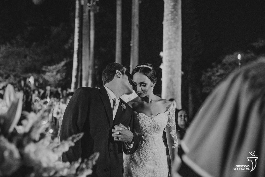 noivo beijando a noiva na cerimônia de casamento