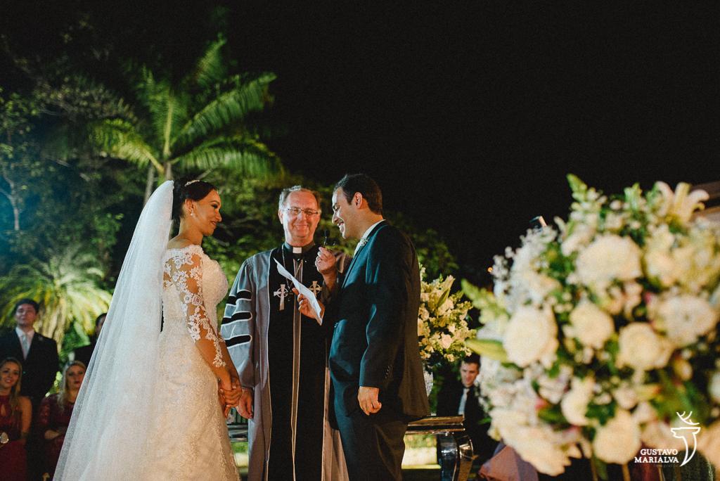 noivos trocando votos na cerimônia de casamento