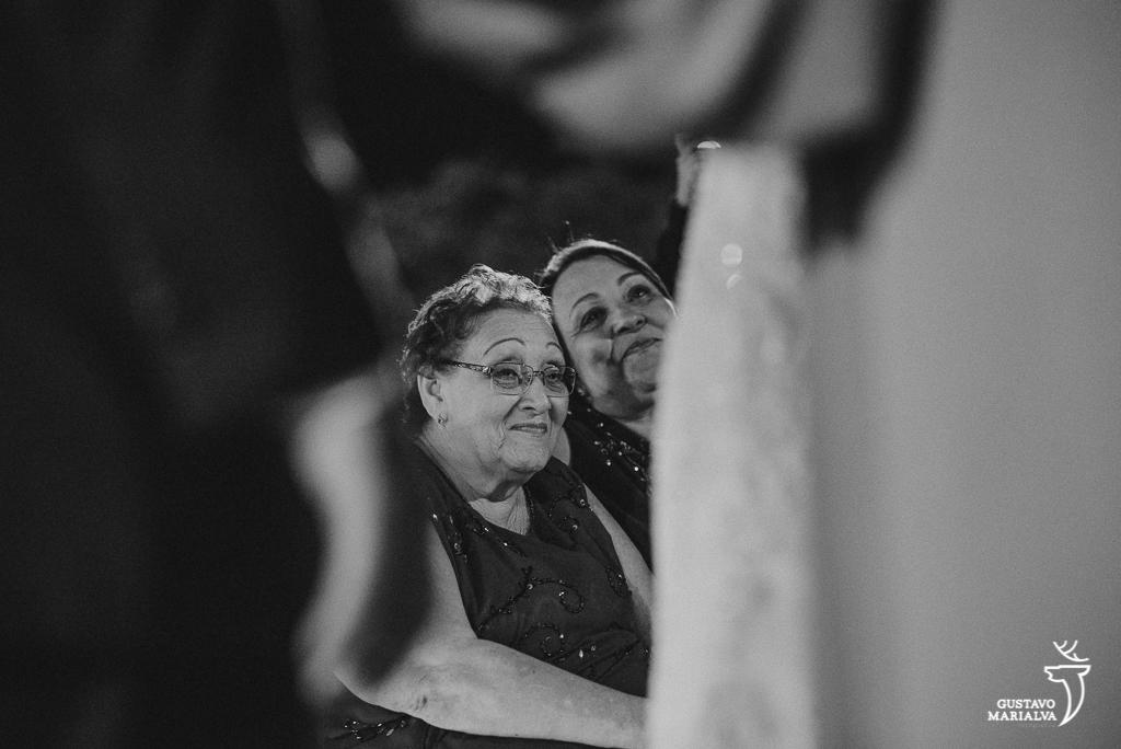 avós se emocionando na cerimônia de casamento