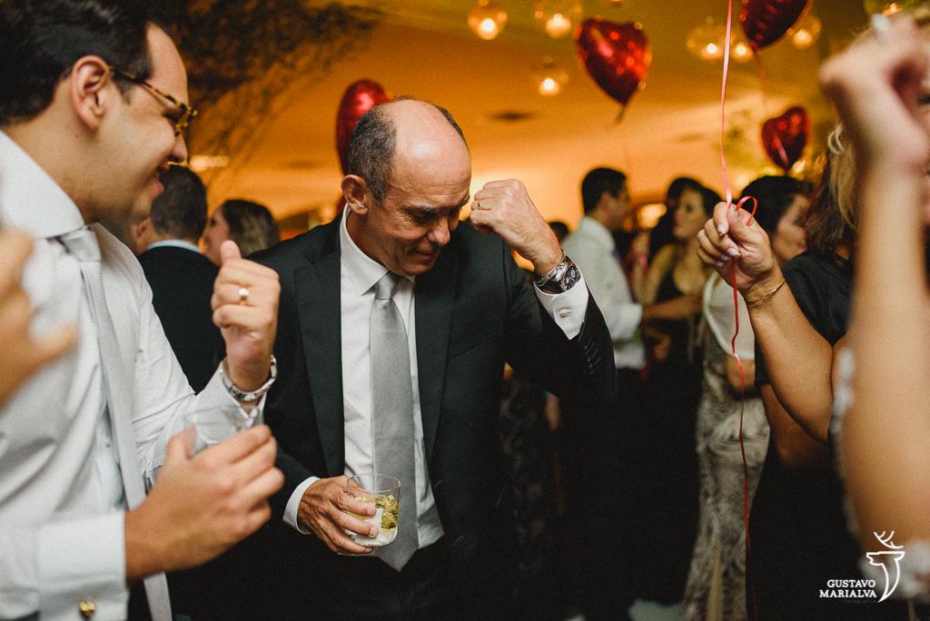 pai do noivo dançando