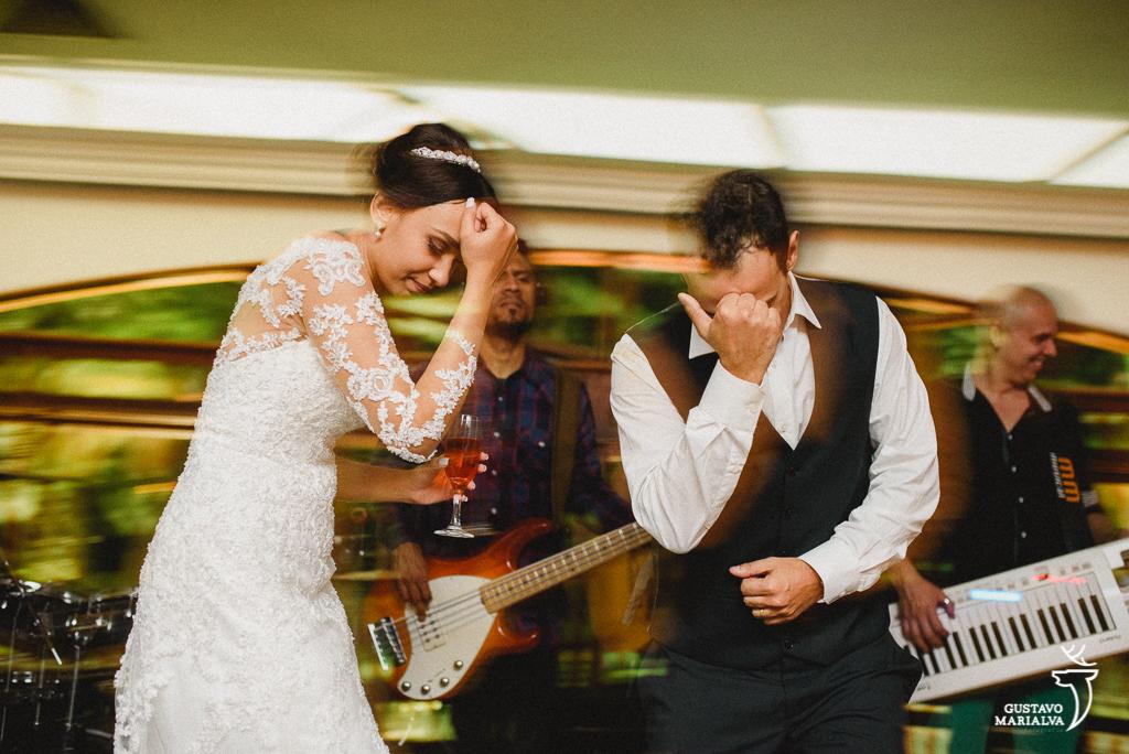noivos dançando música sertaneja durante a festa de casamento