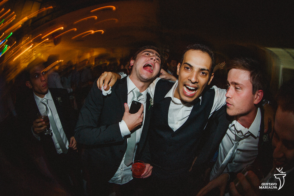 noivo e amigos dançando