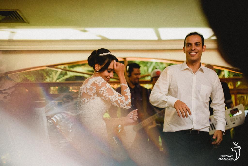 noiva e noivo dançando sertanejo na festa de casamento