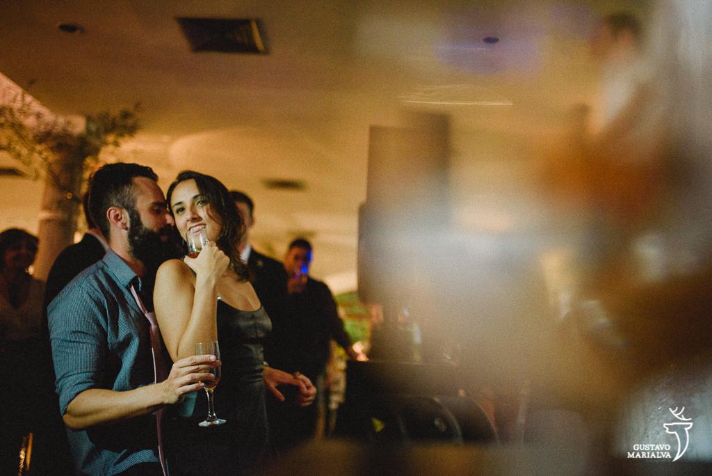 casal namorando na festa de casamento