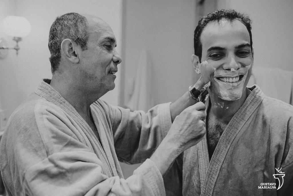 pai fazendo a barba do noivo
