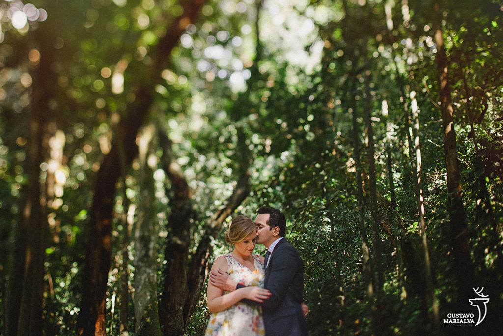 noivo fazendo carinho na noiva durante book de casal