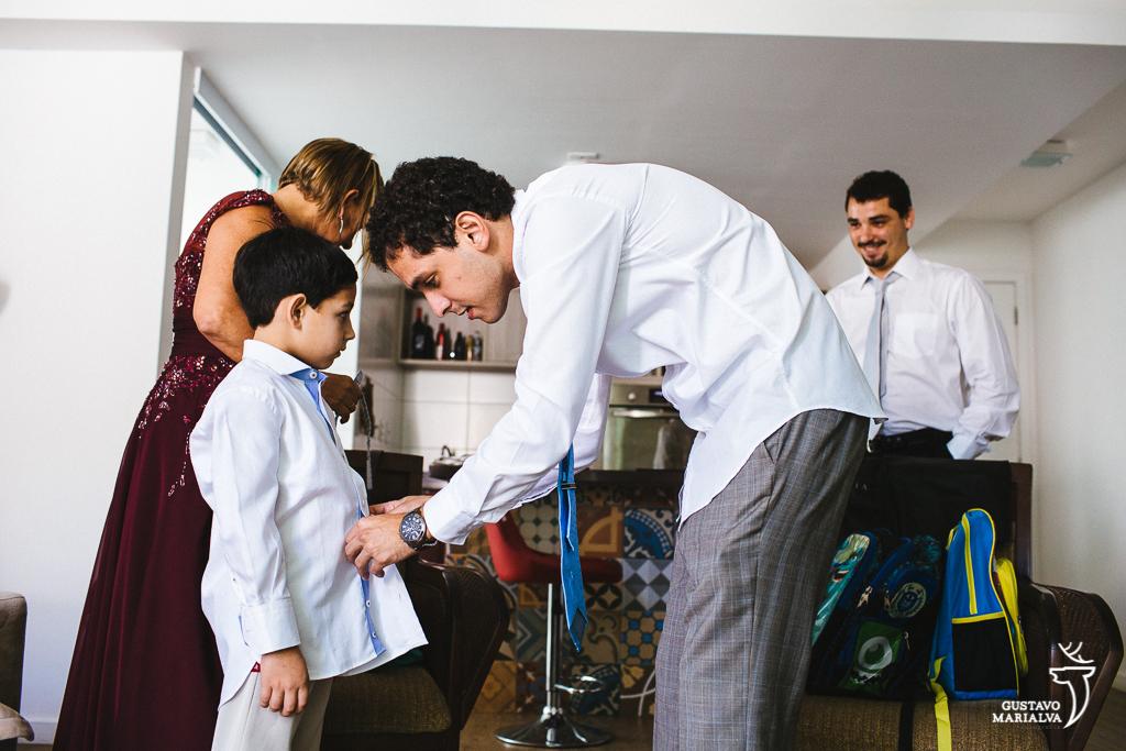 noivo arrumando o filho durante o making of do casamento