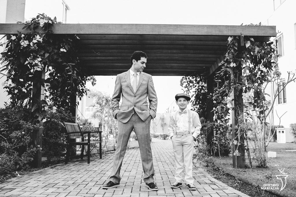 noivo e filho posando para retrato durante o making of do casamento