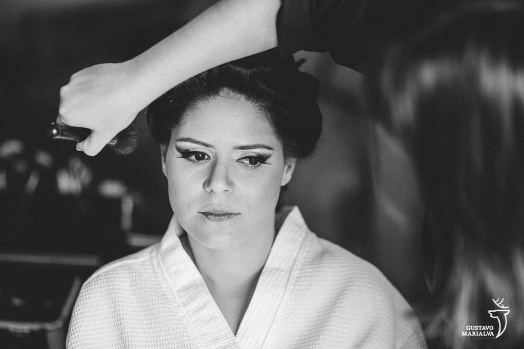 noiva se maquiando durante o making of do casamento