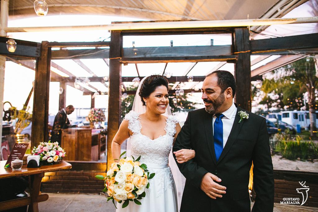 noiva e pai emocionados antes de entrar da cerimônia de casamento