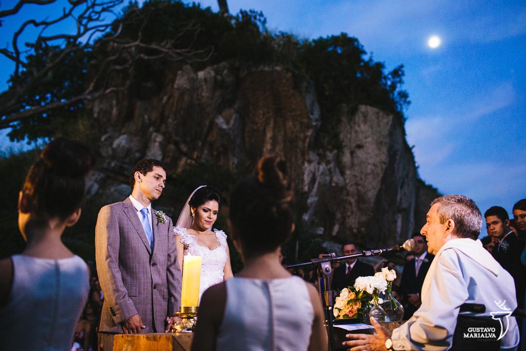 noivos emocionados na cerimônia de casamentoa