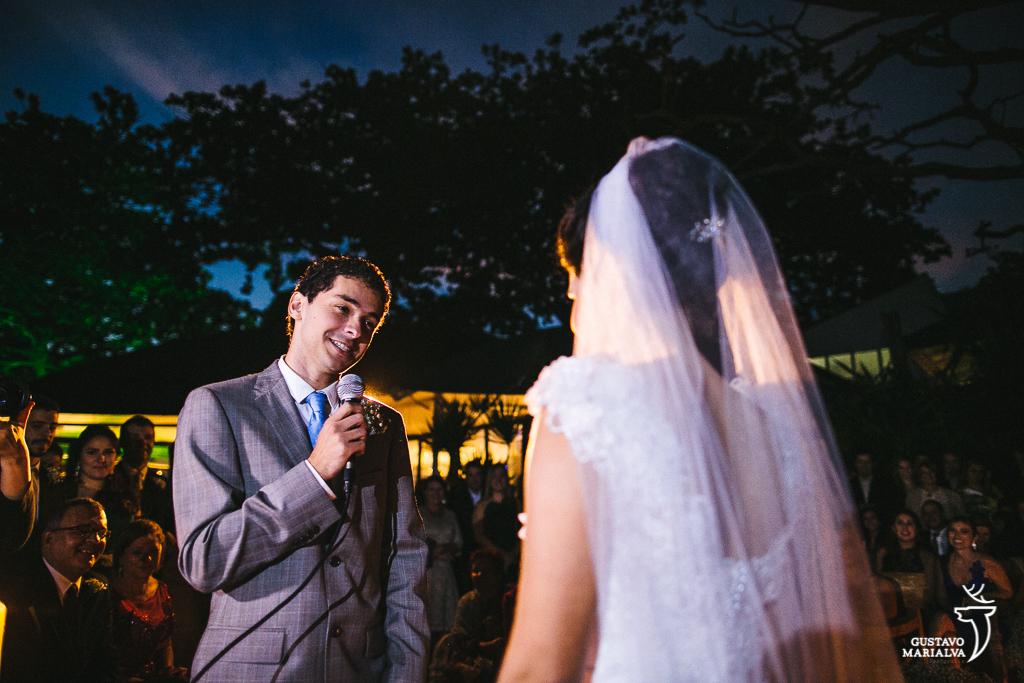 noivo lendo votos durante a cerimônia de casamento