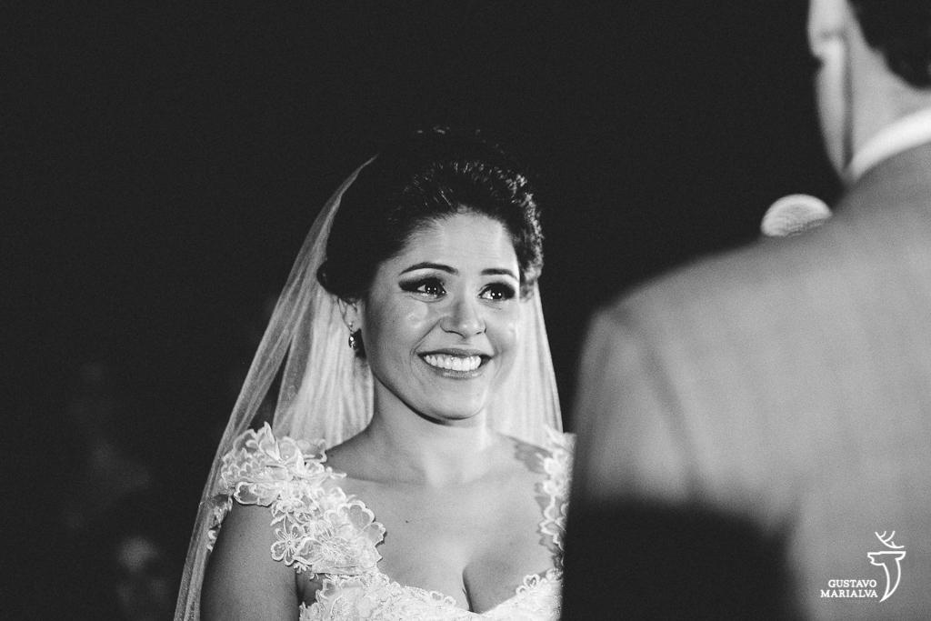 noiva sorrindo durante cerimônia de casamento