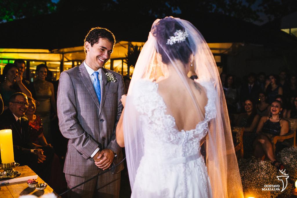 noivo sorrindo durante a cerimônia de casamento