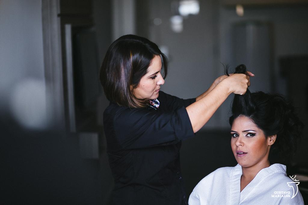 noiva arrumando o cabelo durante o making of do casamento