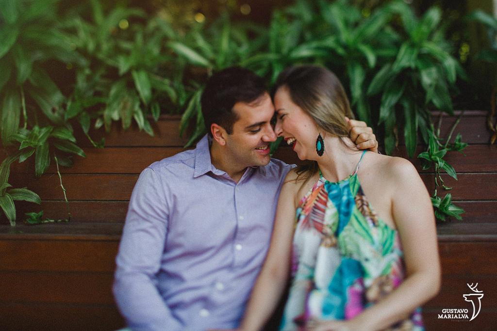 noivos namorando durante book de casal