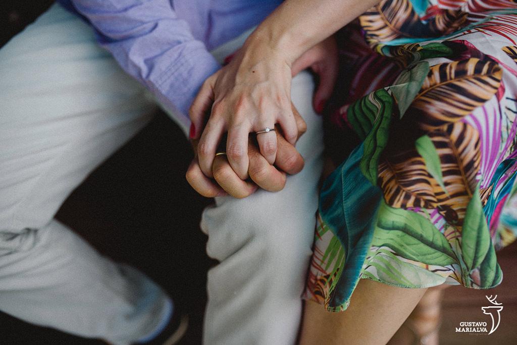 noivos de mãos dadas durante book de casal