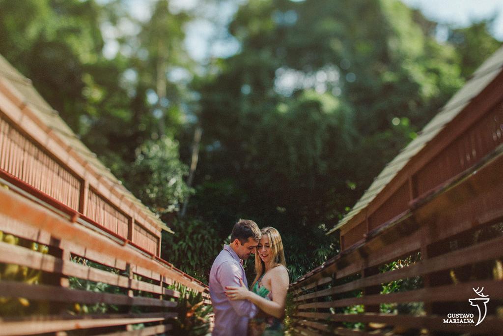 casal posando para fotos durante book de casal