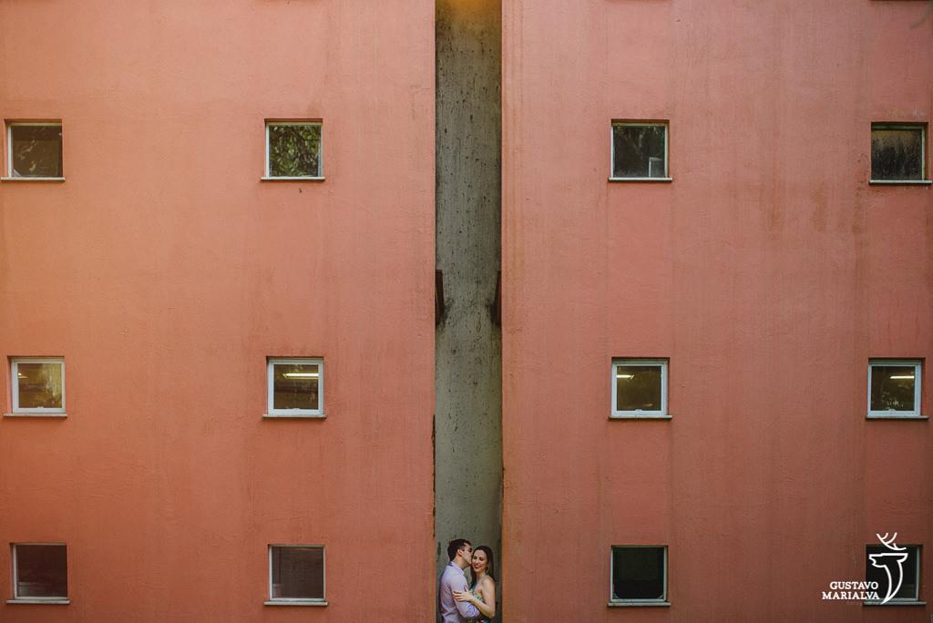 noivos abraçados durante book de casal