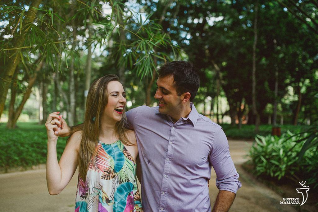 noiva sorrindo durante o book de casal
