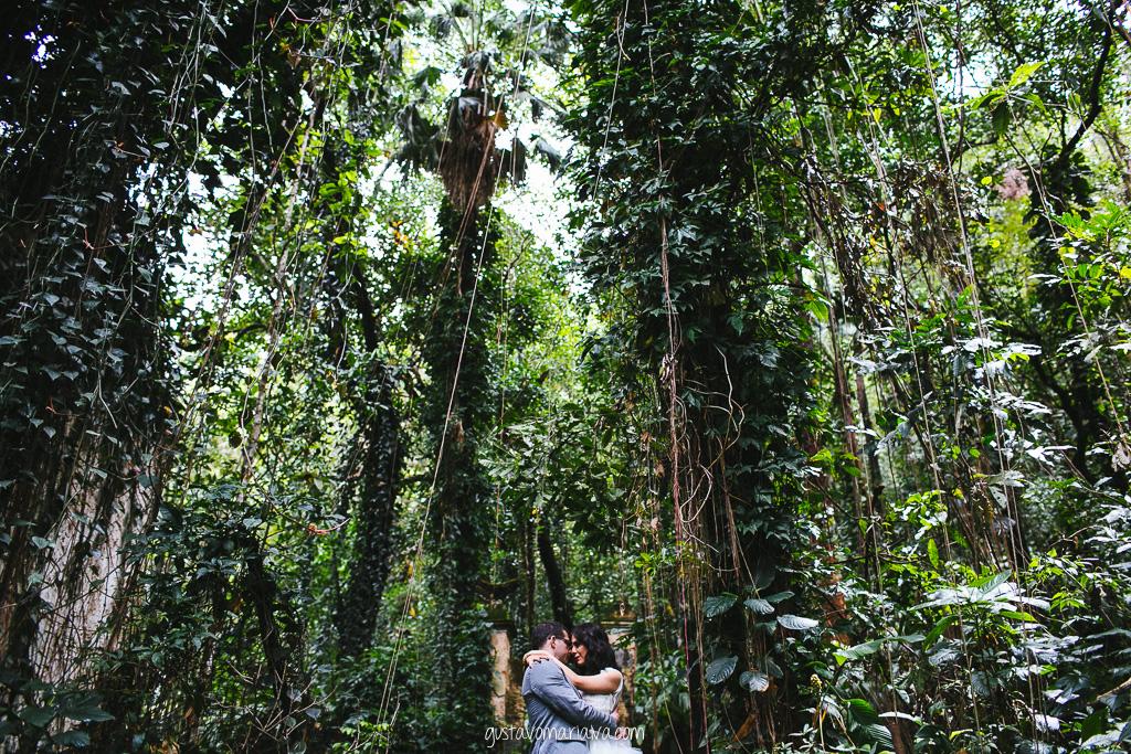 noivos se abraçando durante book de casal