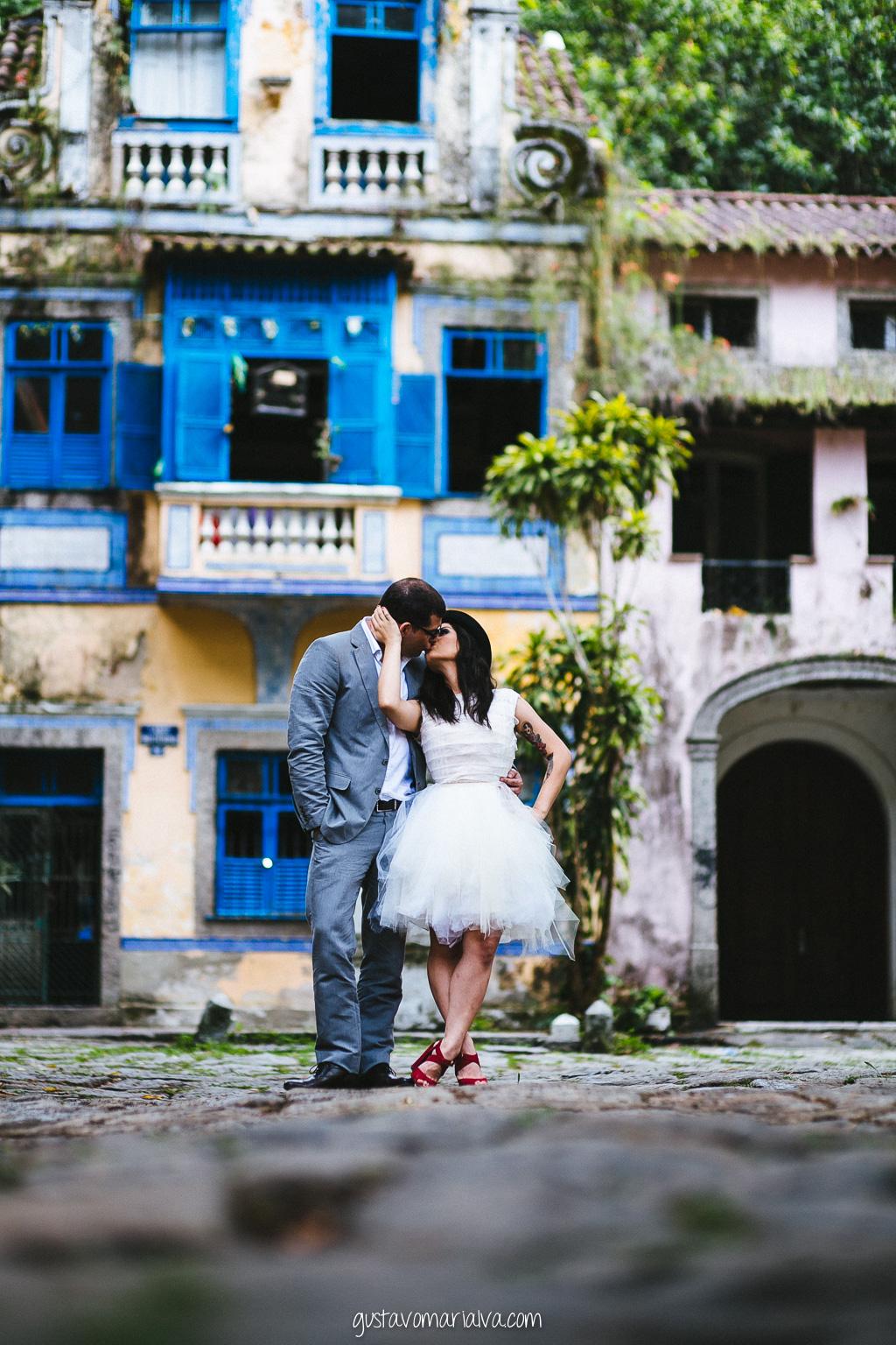 noivos se beijando durante book de casal