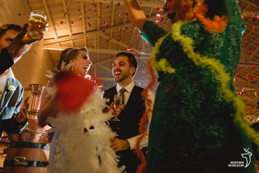 noivos comemorando durante a festa de casamento