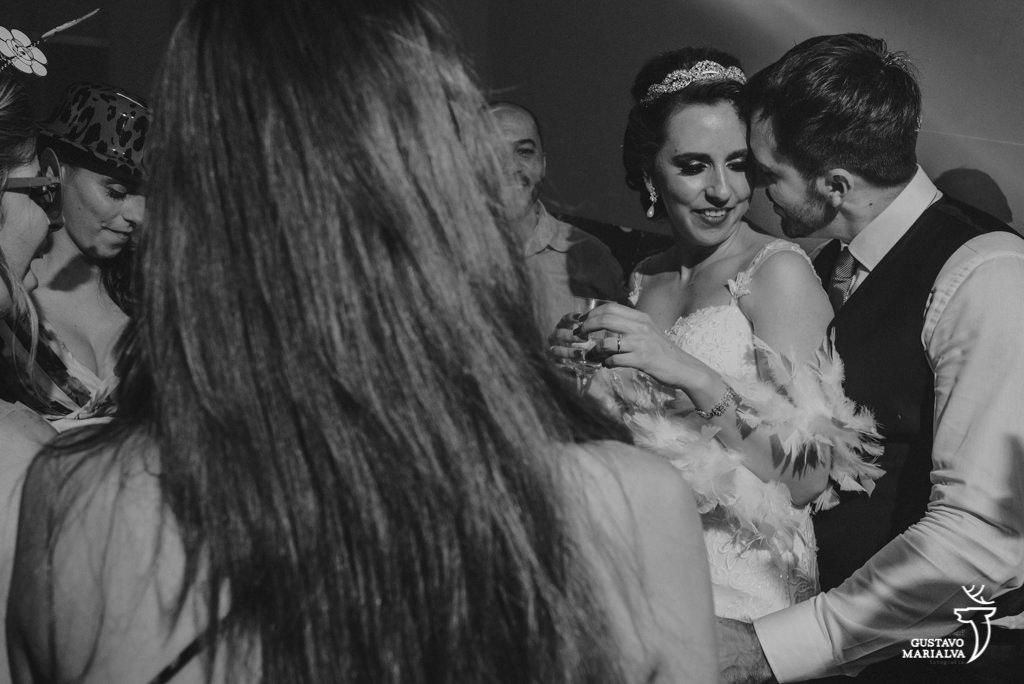 noivos se beijando durante a festa de casamento