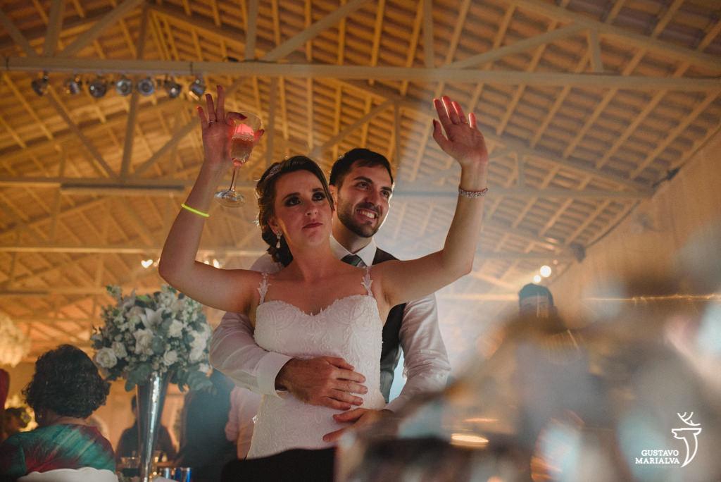 noivo abraçando durante a festa de casamento