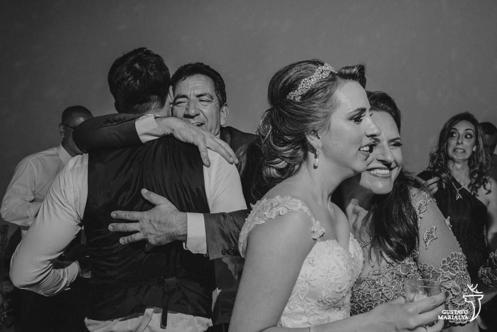noivo abraçando sogro durante a festa de casmaento