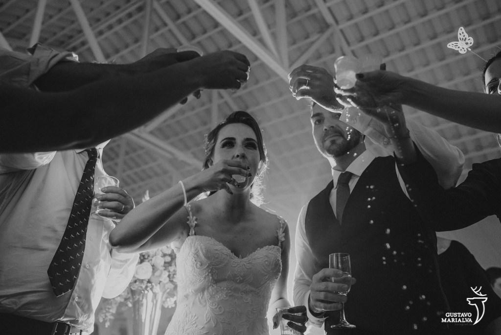 noivos tomando cachaça durante a festa de casamento