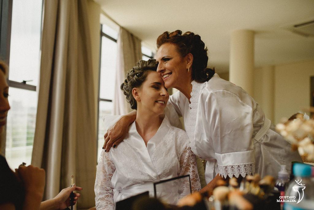 Noiva e mãe se abraçando durante making of de casamento