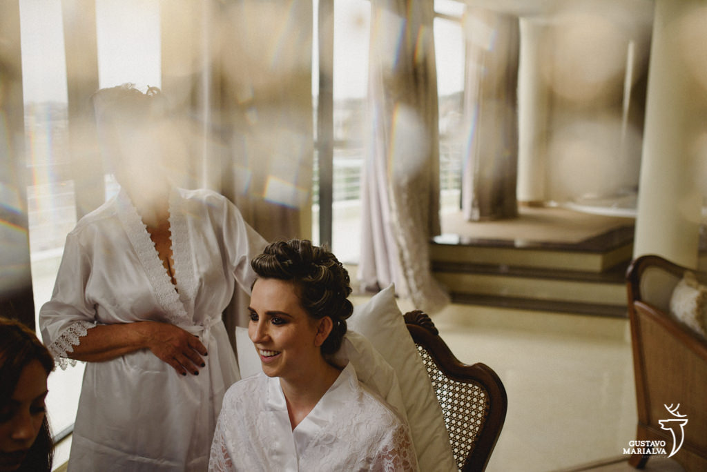noiva se maquiando durante making of de casamento