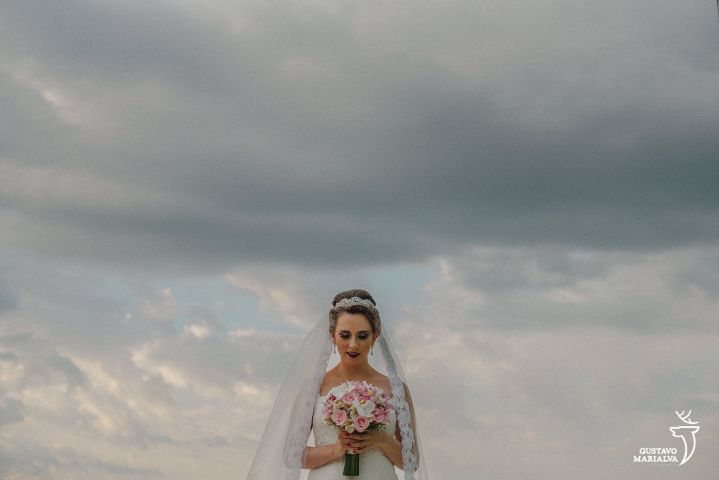 noiva segurando buque durante making of de casamento