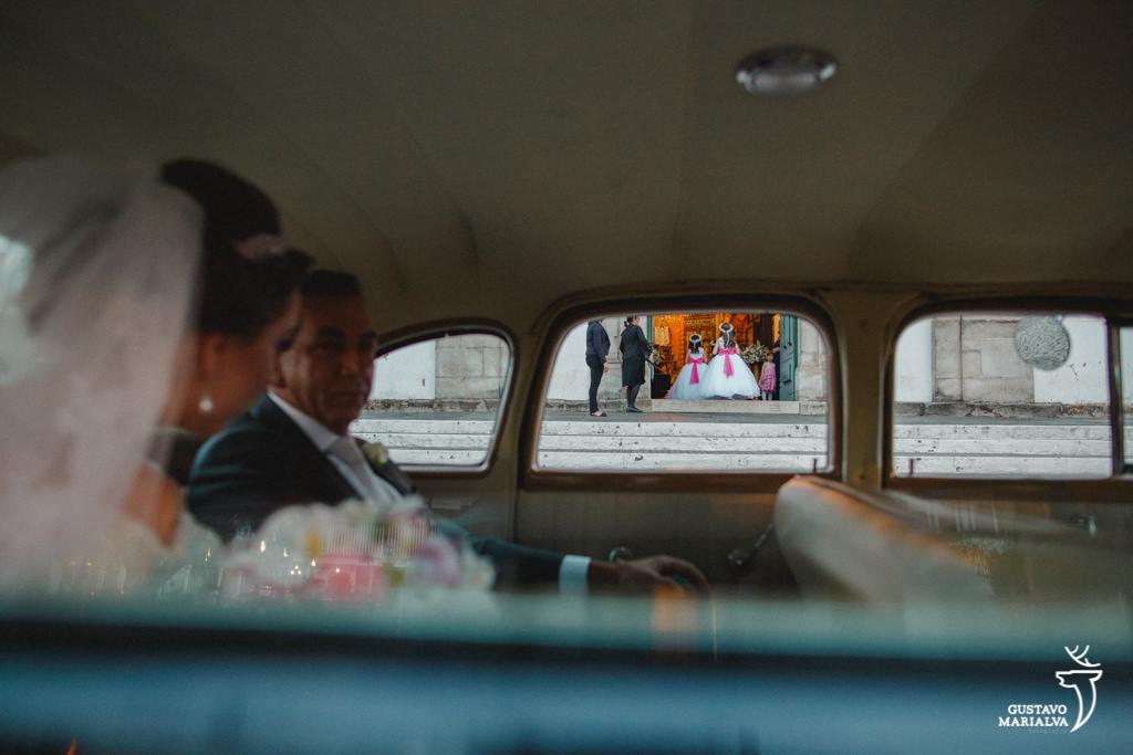noiva olhando as daminhas entrarem na cerimônia