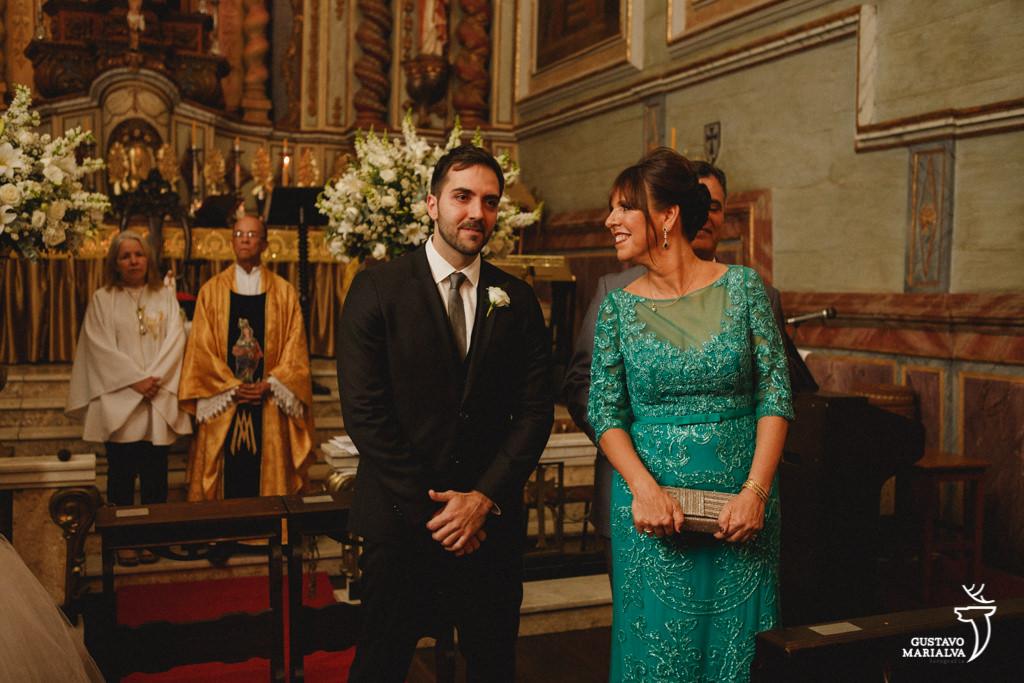 noivo vendo a noiva entrar na cerimônia