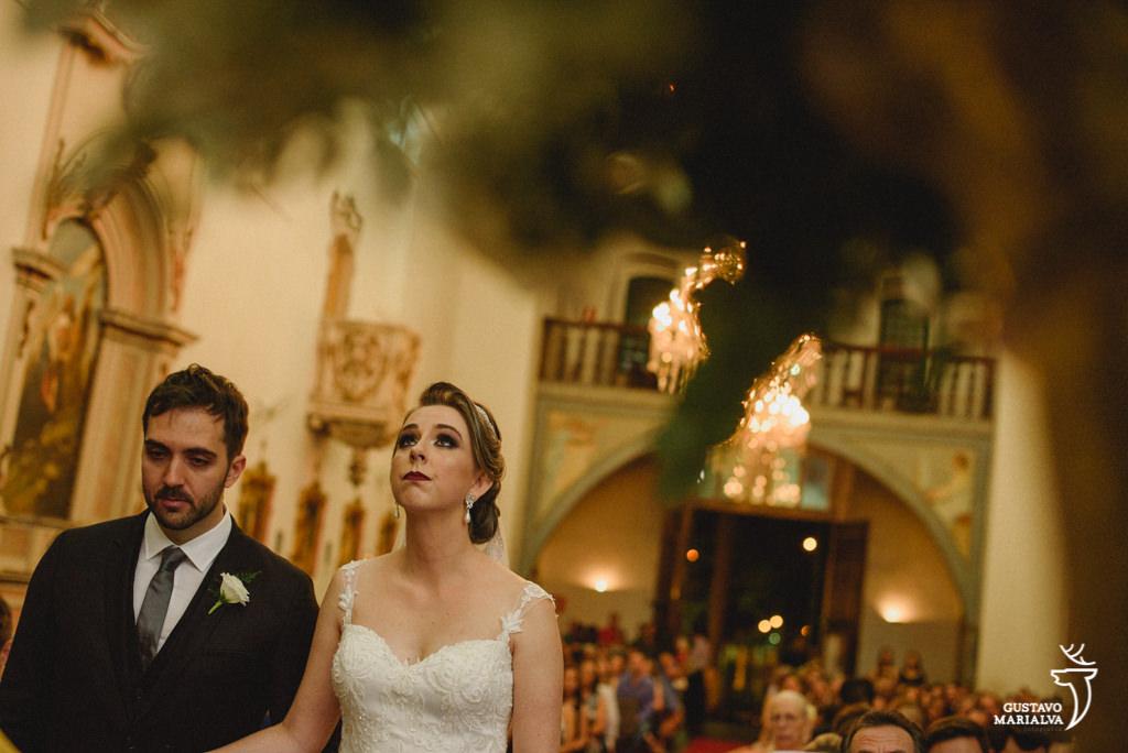 noivos rezando durante a cerimônia