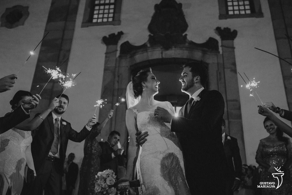 noivos saindo da cerimônia de casamento com sparkles