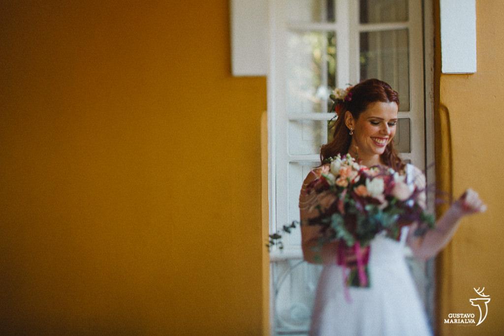 noiva arrumando o buquê durante o making of de casamento