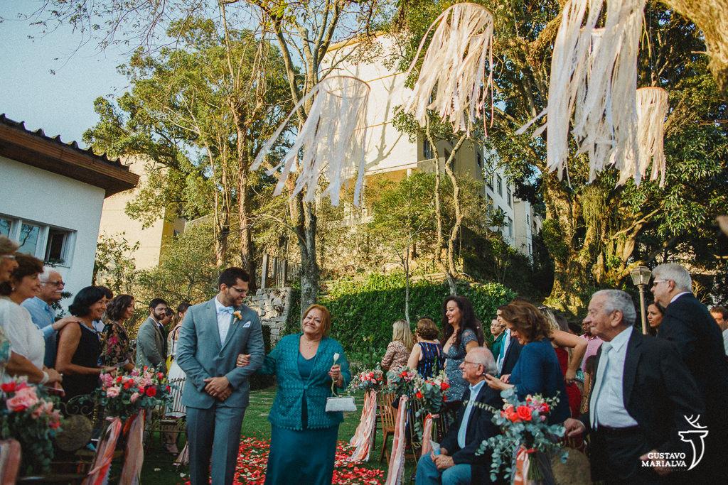 noivo entrando na cerimônia de casamento